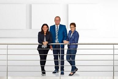 Con la adquisición de AMK Arnold Müller GmbH & Co. KG, los socios de Arburg Juliane Hehl, Michael Hehl y Renate Keinath (de izquierda a derecha) invierten en el futuro de las máquinas de inyección eléctrica.