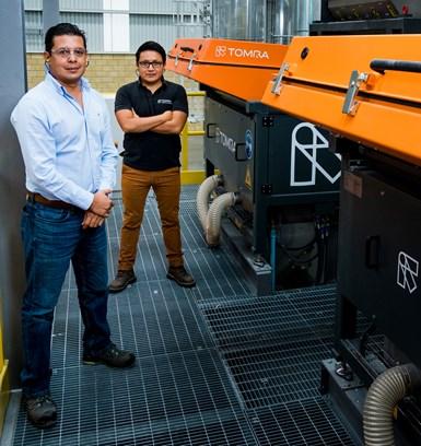 Alejandro Barraza Vázquez, gerente de planta de Indorama Ventures EcoMex, y Julio Barrientos, Recycling Sales Manager de TOMRA en México,