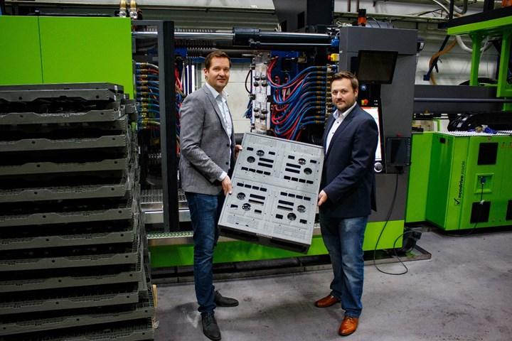 Dominik Lemken con el director del proyecto, Florian Herkenrath, y una estiba o pallet.