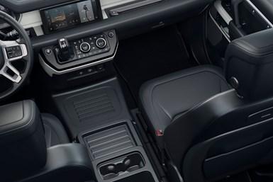 Los compuestos de PP Hapsoft se pueden observar en el recubrimiento de la consola central del suelo, los respaldos de los asientos delanteros y el recubrimiento del panel de instrumentos del Land Rover Defender 2020.