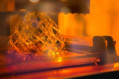 Algunas tecnologías de impresión 3D industriales tienen la capacidad de procesar muchas piezas al mismo tiempo, por lo que el costo de la hora se divide entre las diferentes piezas fabricadas en simultánea.