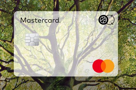 Las tarjetas de Mastercard incluyen ahora un nuevo distintivo para identificar las tarjetas fabricadas de forma más sostenible al utilizar plásticos reciclables, reciclados, de origen biológico, sin cloro, degradables o de origen oceánico.