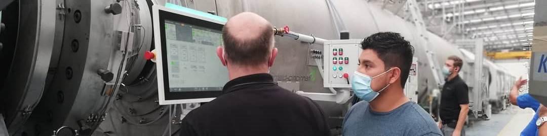 Con esta línea para tubos de gran diámetrode battenfeld-cincinnati,Policonductosproduce tubos de HDPE con una franja de color para el suministro de agua, conducción de aguas residuales y aplicaciones en la minería.