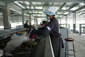 Trabajadores del proyecto STOP en una línea de clasificación de residuos en Jembrana, Indonesia.