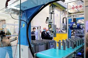 Injection Molding: New Robots & Customer Portal for Monitoring & Remote Assistance