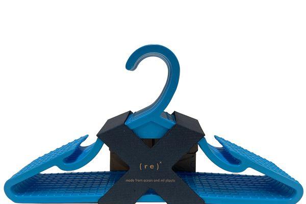 由海洋塑料形象制成的服装衣架