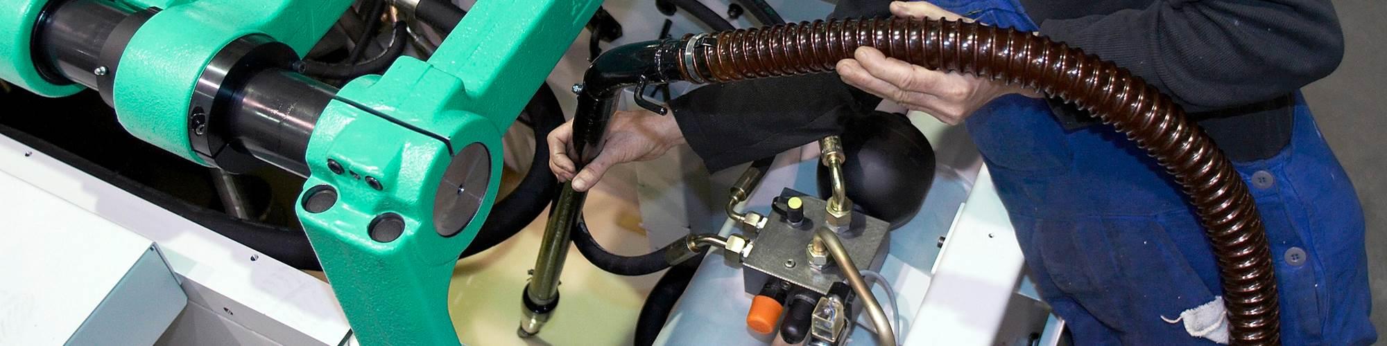 阿尔堡真空吸尘器——在运送新机器之前对油箱进行清理。