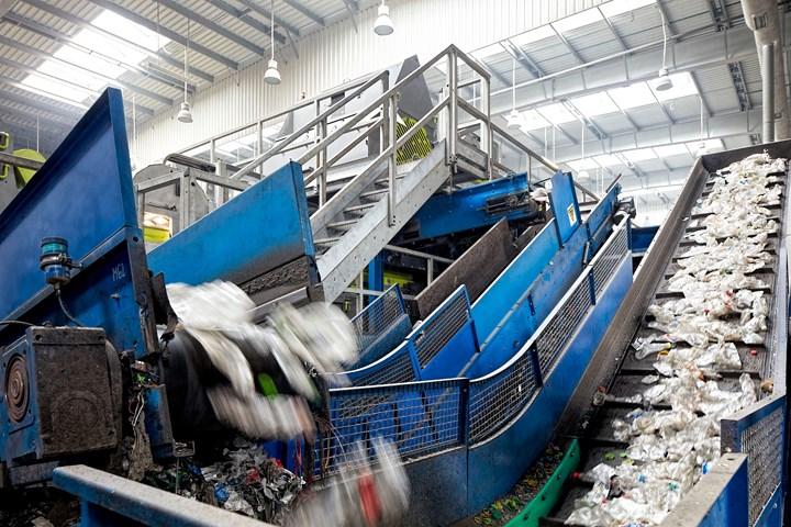在PET回收操作中,将所有过程步骤联系在一起的是输送系统